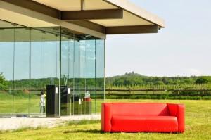 Rotes Sofa vor dem Kulturpavillon